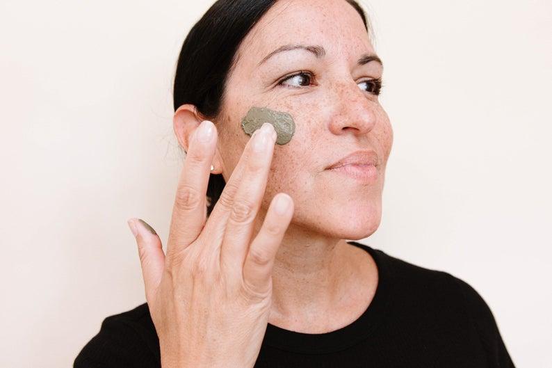 Humectar nuestro rostro es uno de los pasos más importantes de nuestra rutina skincare.